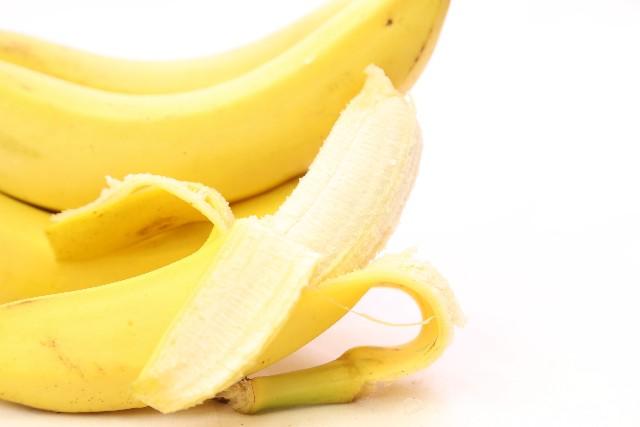 バナナは携帯できてナイフなしで皮がむけ大きさの割にはいろいろな栄養素がバランスよく1年中手頃な価格で食べられる