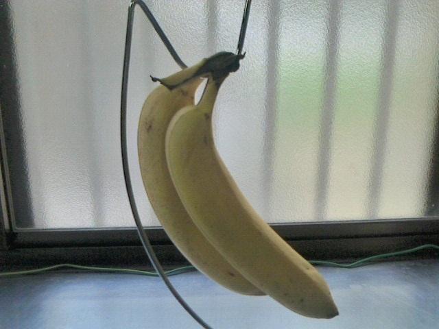 バナナスタンドにバナナを吊り下げておけば果肉のタンニンで黒ずませることを防ぐよう房ごとつるせるようになっている